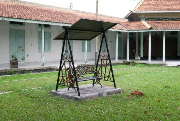 proyek kursi gazebo puro mangkunegaran