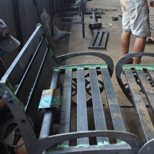 proyek kursi besi cor unik stasiun tugu